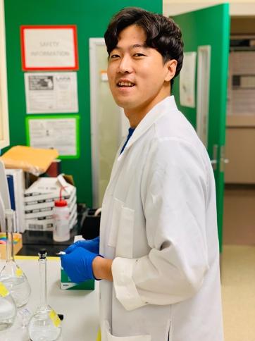 Jinho in the lab